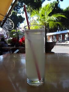 Agua de sabor limón